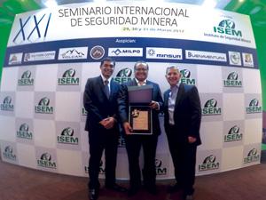 Ronald Díaz, Gerente General, Luis Apaza, Gerente de Seguridad y Salud Ocupacional y Javier Gutiérrez, Gerente de Proyectos mostrando el reconocimiento otorgado a Gold Fields La Cima por parte de ISEM.