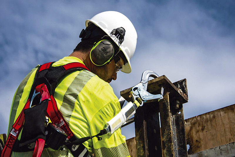 En las operaciones minerometalúrgicas es común, por ejemplo, encontrar productos 3M especiales para la protección respiratoria, auditiva, visual, de cabeza, ropa de trabajo, contra caídas y alta visibilidad.