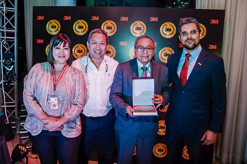 Jaime Velásquez Manrique, gerente general, y Juan Alberto Chauchi, gerente comercial, reciben un trofeo obtenido por Confecciones Atlanta este año.