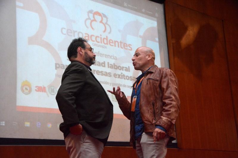 Expositor Eduardo Florez absuelve dudas tras presentación sobre factores de riesgo