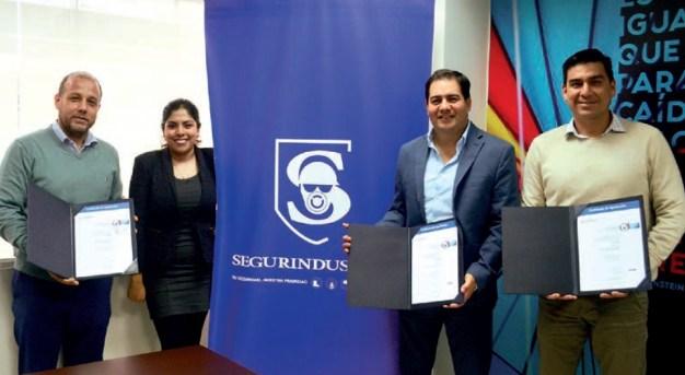 Roger Gabuteau Espinosa, gerente general de Segurindustria junto a Gustavo Montoya León, gerente comercial y Luis Hernán Cortés, gerente administrativo Baldwin, muestran orgullosos sus certificaciones.