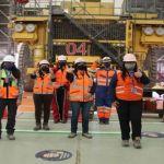 Como parte del contrato con la empresa colaboradora Komatsu, seis mujeres trabajan en la mantención de los equipos de apoyo mina y del sistema autónomo en División Gabriela Mistral.