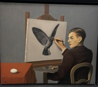 Dans un jeu de la dualité, Magritte cherche à comprendre la réalité dans sa totalité et sa complexité.