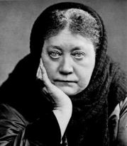 Helena Petrovna Blavatsky réhabilita et introduisit en Occident les sources archaïques de la pensée orientale, tout en cherchant la Sagesse Une derrière toutes les religions du monde.