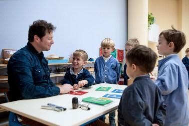 L'éducateur suit l'évolution de l'enfant et celle de ses périodes sensibles.