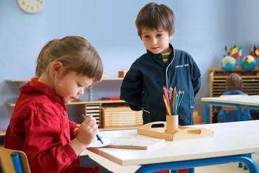 Dans le film, une petite fille joue avec des crayons de couleur. Elle les fait passer entre ses doigts.