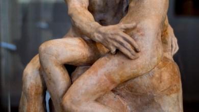 Rodin sait aussi traduire l'extase de l'amour, comme dans Le Baiser où palpite la vie.