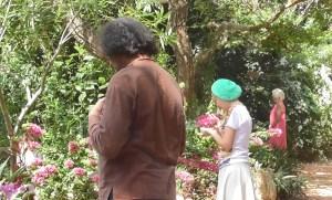 Des femmes et des hommes méditent avec les fleurs, communiquent avec elles dans le Gaiä's Garden