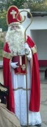 Saint Nicolas est représenté avec son habit, sa mitre et sa crosse d'évêque.