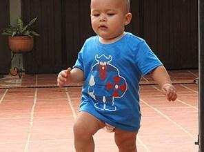 L'enfant qui apprend à marcher ne compte pas ses chutes. Mû par une pulsion puissante, il tombe et se relève, inlassablement, jusqu'au jour où il maîtrise la marche.