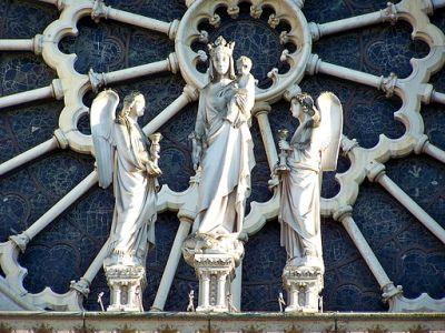 Toutes les cathédrales de France, au XIIe siècle, sont dédiées à Notre-Dame. La Vierge s'introduit dans la piété de l'époque : elle évoque la souveraineté, la victoire mais aussi l'idée d'incarnation.