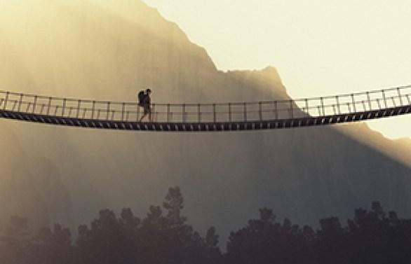 L'homme-pont a la tête dans les étoiles et les pieds sur terre