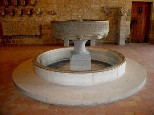 Fig 5 : Fontaine à ablutions de l'abbaye de Fontfroide (XIIe siècle – salle romane)