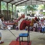 Pancho Toralla and Tonibelle entertain the schoolchildren at an El Teatro Escolar en Antigua event