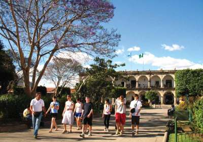 A tourist group in Parque Central in Antigua Guatemala (image by photos.rudygiron.com)