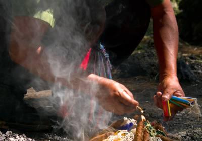 Posición/Position: 2do lugar / 2nd place Premio/Prize: Porta lapiceros de Jades Xibalbá Tema/theme: Tradiciones en Guatemala / Guatemalan Tradition Título/title: Mayan Ceremony Lugar/place: Cobán, Alta Verapaz Autor/author: Eli Orozco Web: www.GuatemalaDailyPhoto.com