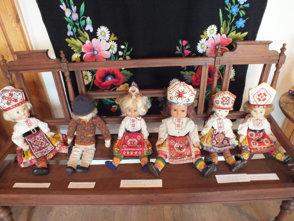 8 Dolls wearing national costumes