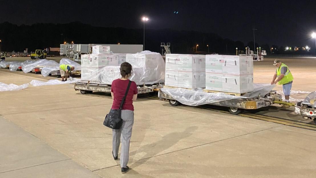 Gli Stati Uniti hanno deciso di donare 2,5 milioni di dosi di vaccino Modena a Taiwan.Il rappresentante di Taipei negli Stati Uniti, Xiao Meiqin, ha portato i suoi colleghi all'aeroporto per supervisionarlo fino al decollo dell'aereo della China Airlines.  (Foto fornita dall'ufficio di rappresentanza di Taipei negli Stati Uniti)