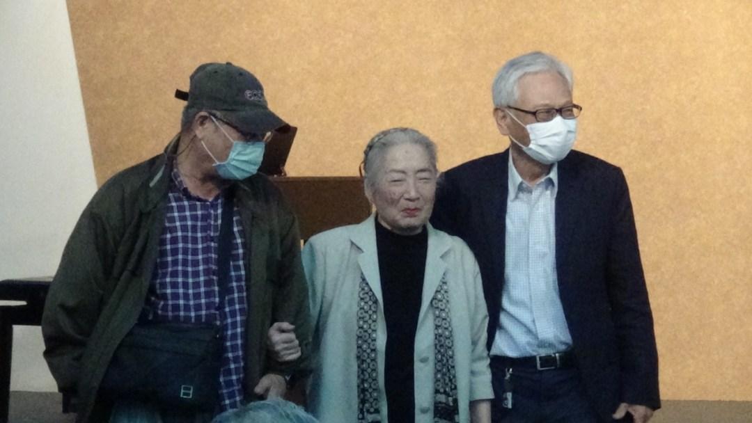 二二八受难者家属徐光(中)感谢在父亲失踪、全家陷入惨剧时,义助她们一家的房东和邻居的后代。(记者夏小华摄)