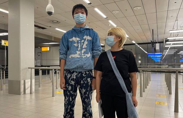 中国异议青年王靖渝(左)与未婚妻吴欢当地时间2021年7月19日在荷兰阿姆斯特丹国际机场(对华援助协会特别营救小组)