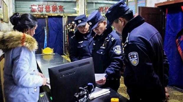 资料图片:网警在西藏拉萨(消息人士提供/微信)