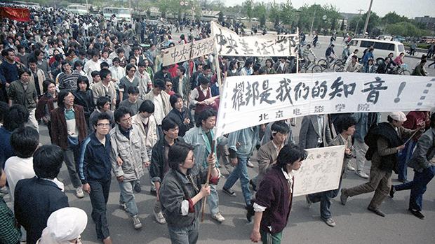 北京大学生在八九民运期间打出悼念胡耀邦的横幅(刘建拍摄提供)