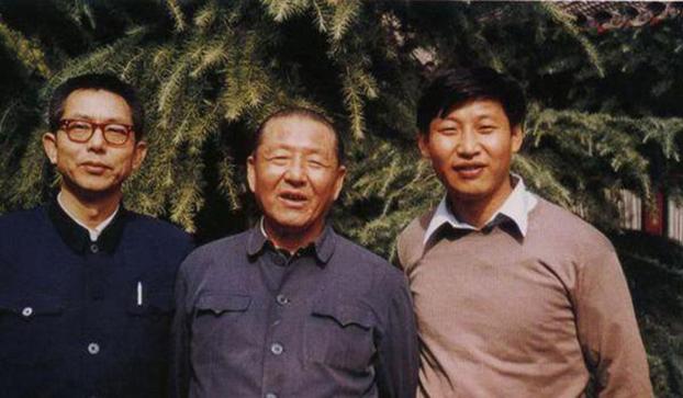 习仲勋(中)和儿子习近平(右)。(Public Domain)