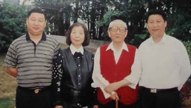 习仲勋(右二)和他的两个儿子,右为习近平。(Public Domain)