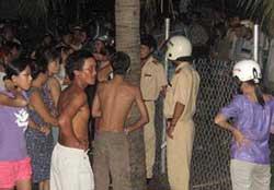 Công an cưỡng chế, đập phá nhà trại của nông dân ở xã Lộc Hải, Thị trấn Lăng Cô, Huyện Phú Lộc, Thừa Thiên-Huế. Photo courtesy of lamphong72Blog.