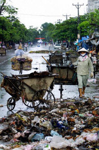 Rác đổ bừa bãi trên đường phố. AFP Photo.