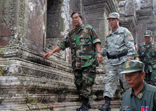 Thủ tướng Campuchia Hun Sen (T) thăm ngôi đền Preah Vihear, thuộc tỉnh Preah Vihear
