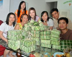 Bánh chưng đã gói xong. Courtesy MS. Nguyễn Thới Lai