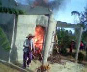 Các căn nhà chòi bị đập phá đốt cháy