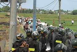 Cảnh sát cơ động ngăn cản tang lễ và cướp quan tài cụ bà Hồ Nhu ở Cồn Dầu, Đà Nẵng hôm 4-5-2010. Hình do thính giả gửi đến RFA.