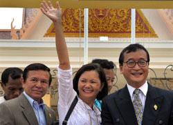 Bà Mu Sochua (giữa), lãnh đạo đối lập Sam Rainsy (P)