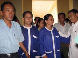Ông Prom Chea và Bà Meas Srey (người dân nhổ cột mốc) sau khi được tuyên bố trả tự do ở Tòa