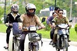 Dân bị bắt buộc đội mũ bảo hiểm, công an được miễn?