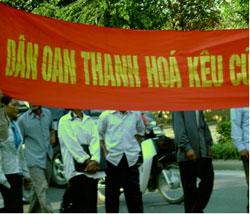 Dân oan Thanh Hóa xuống đường biểu tình ở thành phố Vinh. Hình do thính giả gửi đến RFA.