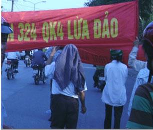 Hôm 4-3-2010 hơn 100 người xuống đường biểu tình ở thành phố Vinh. Hình do thính giả gửi đến RFA.