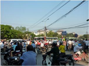 Hôm 4-3-2010, hàng trăm người biểu tình ở thành phố Vinh. Hình do thính giả gửi đến RFA.