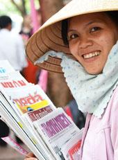 Cô gái bán báo. RFA photo