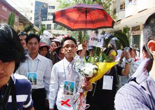 LS Huỳnh Văn Ðông (giữa) ôm bó hoa do giáo dân tặng sau khi ông bào chữa cho 8 giáo dân