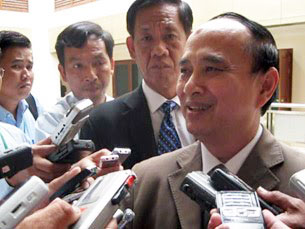 Ông Om Yin Tieng, Chủ tịch Ủy ban liên chính phủ Hiệp hội các quốc gia Đông Nam Á về nhân quyền (AICHR) đang trả lời báo chí. Source Khmerization