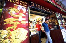 Một cửa hàng bán vàng ở Hà Nội. AFP