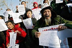 Những người khiếu kiện  tập họp ngay tại Bắc Kinh phản đối chính quyền tham nhũng. AFP
