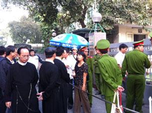 Giáo dân, tu sĩ giáo xứ Thái Hà và giáo dân của giáo phận Hà Nội biểu tình trước UBND thành phố Hà Nội