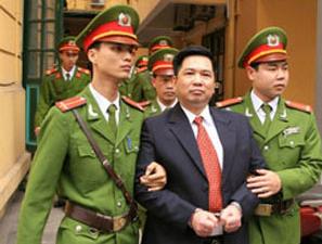 Công an dẫn giải Tiến sĩ Cù Huy Hà Vũ rời toà.