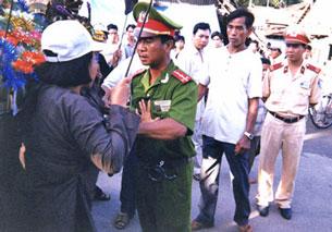 Tín đồ PGHH bị ngăn cản trong ngày Lễ Đản Sanh Đức Huỳnh Giáo Chủ tại An Giang (ảnh minh họa 2008)