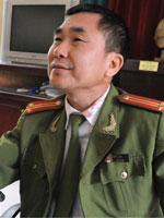 Trung tá Trần Bảo Lâm cho rằng không vụt vào mặt mà do anh Bắc bỏ chạy đâm vào tường và tấm biển hiệu nên mới bị thương. Ảnh: Tuấn Nguyễn/tienphong-online