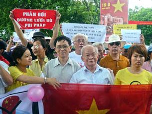 Giáo sư Nguyễn Huệ Chi và Nhà văn Nguyên Ngọc trong đoàn biểu tình chống Trung Quốc